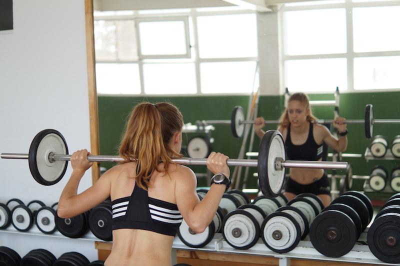 Entrenamiento de fuerza en gimnasio
