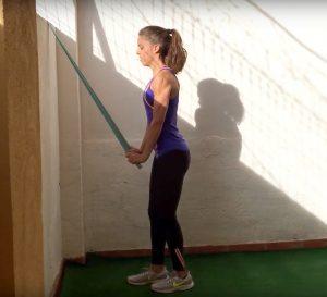 3-ejercicios-de-triceps-sencillos-con-gomas-o-banda-elastica-2.png
