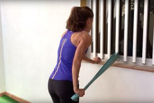 3-ejercicios-de-triceps-sencillos-con-gomas-o-banda-elastica-5.png