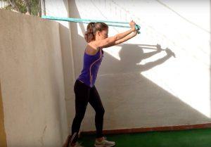 3-ejercicios-de-triceps-sencillos-con-gomas-o-banda-elastica.png